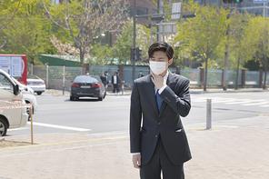 코로나 시대의 신입사원 - 미세먼지로 기침을 하고 있는 마스크 착용한 청년 신입사원