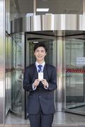 청년 신입사원의 하루 - 건물 앞에서 사원증을 들고있는 활기찬 청년 신입사원