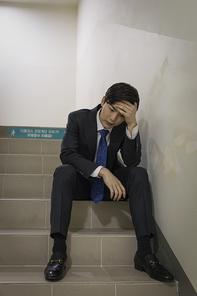 청년 신입사원의 하루 -  계단에 앉아서 쉬고 있는 힘든 청년 신입사원