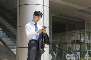 청년 신입사원의 하루 -  스마트 폰으로 취업 합격 여부를 확인하는 청년 신입사원