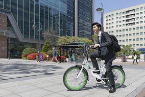 청년 신입사원의 하루 -  공유 자전거로 출근을 하는 활기찬 청년 신입사원
