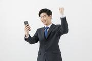 슬기로운 직장인 - 스마트폰을 확인하며 주먹을 쥔 웃는 직장인