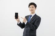 슬기로운 직장인 - 스마트폰을 손가락으로 가리키며 웃는 직장인