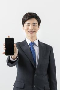 슬기로운 직장인 - 스마트폰을 보여주는 직장인