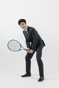 슬기로운 직장인 - 테니스 라켓을 들고 준비자세를 한 즐거운 직장인