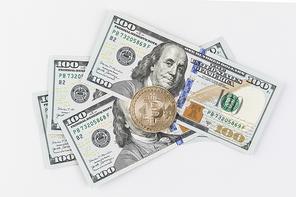 비트코인 - 미국 지폐 위에 놓여진 비트코인