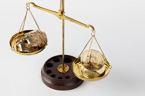 비트코인 - 천칭 저울 위에 놓여진 비트코인과 금