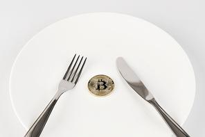 비트코인 - 나이프와 포크, 흰 접시 위에 놓여진 비트코인