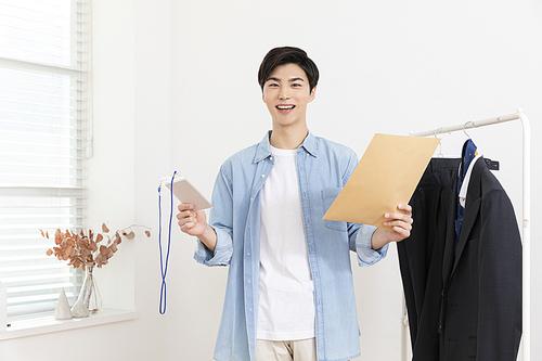 취업준비생의 나날 - 수험표와 서류를 들고있는 취업준비생