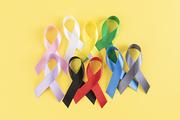 리본 - 노란색 배경 위에 올려진 다양한 색상의 리본 이미지