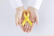 리본 - 흰 셔츠를 입은  두 손으로 노란색 리본을 들고 있는 이미지