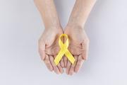 리본 - 두 손으로 노란색 리본을 들고 있는 이미지