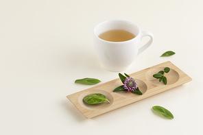 꽃과 식물 - 머그컵과 차, 나무 그릇 위에 놓여진 꽃과 나뭇잎