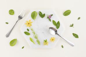 꽃과 식물 - 대리석 위에 놓여진 나뭇잎과 꽃 그리고 포크,나이프