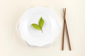꽃과 식물 - 흰 접시 위에 놓여진 나뭇잎 그리고 나무 젓가락