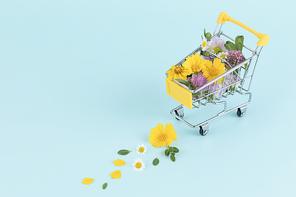 꽃과 식물 - 미니어쳐 카트 안에 쌓여있는 꽃과 나뭇잎
