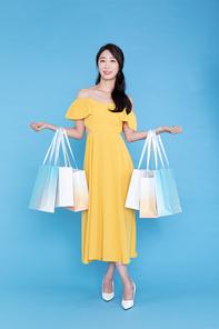 쇼핑이벤트 - 쇼핑백을 들고있는 여성