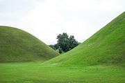파란하늘과 경주 대릉원 풍경