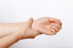 손목을 잡고 있는 여성의 손
