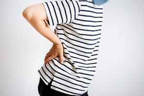 허리통증을 앓고 있는 여성