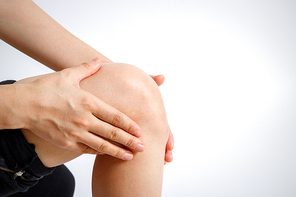 무릎 관절 통증을 앓고 있는 여성