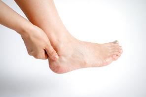 발목과 뒷꿈치 통증을 앓고 있는 여성