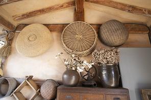 한옥의 벽에 걸려있는 전통 생활용품