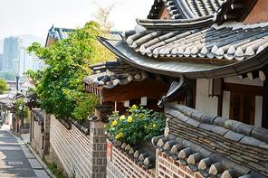 한국 전통의 북촌한옥마을의 전통지붕과 담