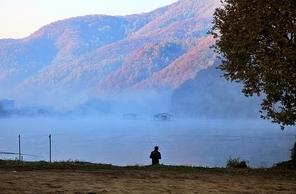호수와 낚시하는 사람